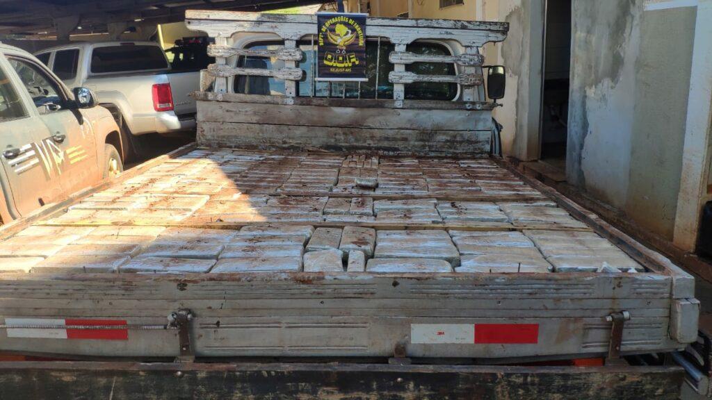 Mais de 400 quilos de maconha foram apreendidos em pneus de trator e fundo falso em camionete