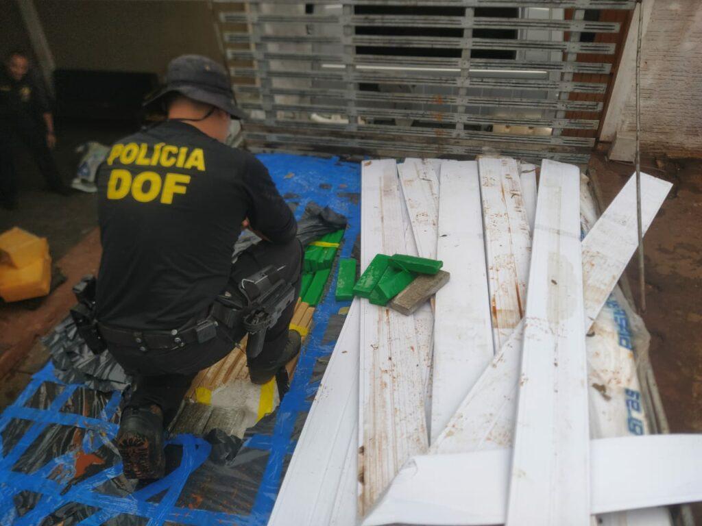 Em quintal de residência, caminhão com drogas é apreendido