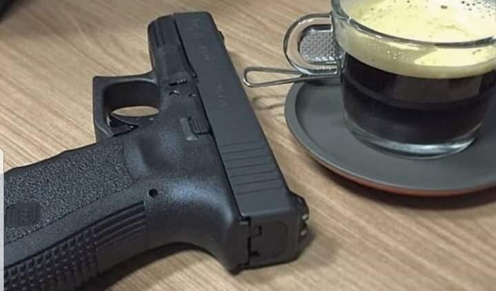 """Pistola de """"atentado fake"""" é a mesma """"ostentada"""" por Tio Trutis em redes sociais"""