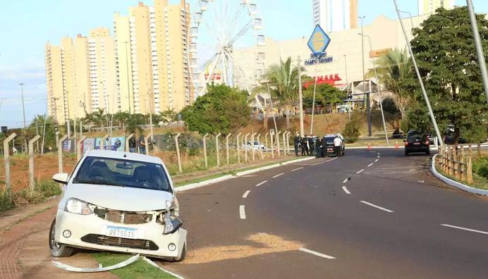 Jovem morre ao subir em capô de carro para impedir namorado bêbado de dirigir