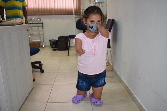 Mulher-Maravilha: Raisa recebe sua primeira prótese personalizada do CER/APAE e anda pela primeira vez