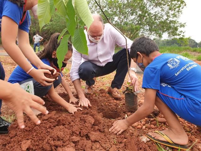 Hélio Peluffo planta ipês para comemorar o Dia da Árvore em Ponta Porã