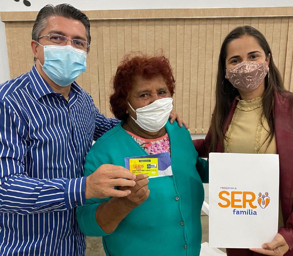 Secretário Nilton Borgato entrega mais de 2 mil cartões de auxílio financeiro do Programa Ser Família
