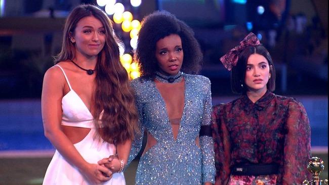 Rafa, Thelma e Manu aguardam anúncio da vencedora do 'BBB20' — Foto: Reprodução/Globo