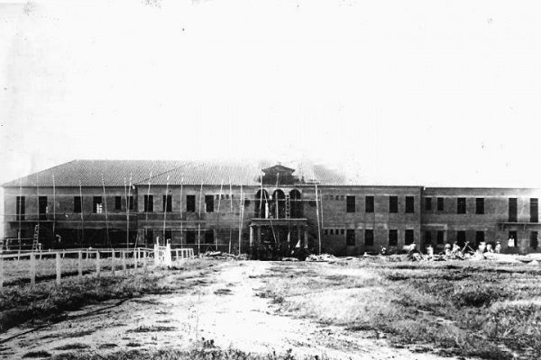 Imagem web divulgação. Foto da construção do prédio do 11º RCI década de 40. Primeiramente o nome do 11º RC era 17º RC. As obras do primeiro prédio do quartel iniciaram-se em 1909 (os pavilhões eram de madeira). Em 1932 passa-se a chamar 11º RCI, posteriormente foi construído o pavilhão monumental que existe até os dias de hoje.
