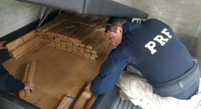 Drogas foram encontradas escondidas em camas — Foto: Divulgação PRF