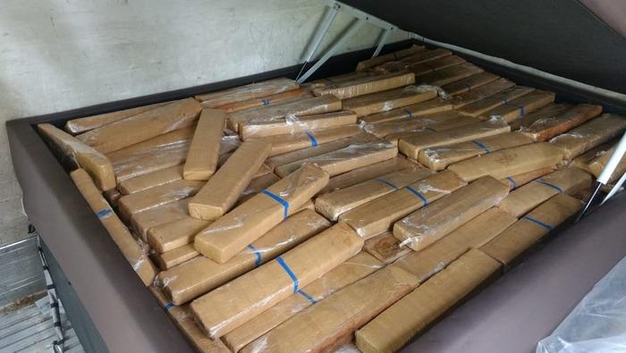 Drogas estavam escondidas dentro de camas box — Foto: Divulgação PRF