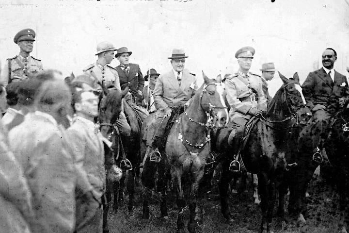 Fonte imagens da web divulgação Nesta foto, Ponta Porã 1938 visita do então Presidente da República Getúlio Vargas a fazenda Pacurí, juntamente com militares do 11 RC I, foi o primeiro presidente a visitar a região.