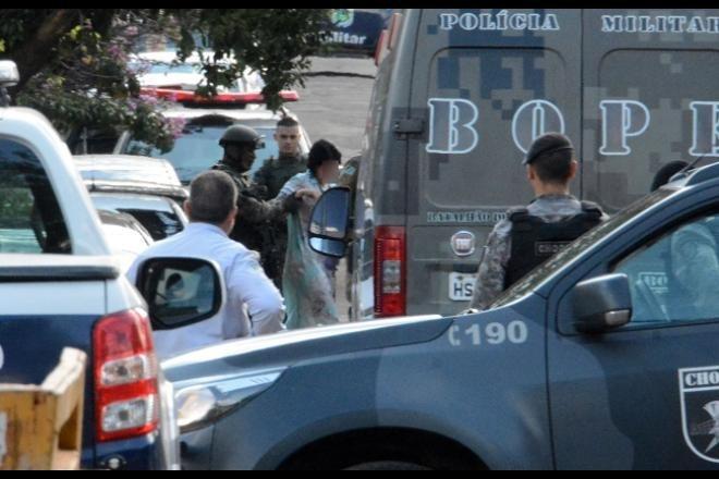 Vítima foi retirada da casa e atendida pelo Corpo de Bombeiros - Foto: Álvaro Rezende/ Correio do Estado