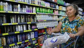 A aposentada Creuza Medeiro Gomes diz que está difícil encher a dispensaAntonio Cruz/Agência Brasil