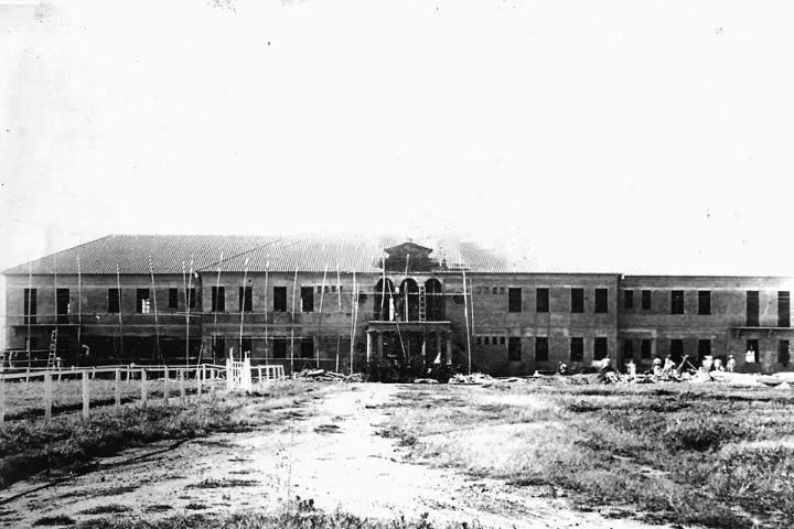 Imagem creditada a Albert Braud. Construção do pavilhão principal do 11º RC.
