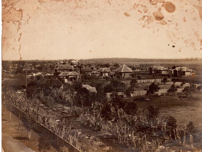 Acervo Albertino Fachin. Foto créditos Albert Braud. Área do 11º RCI Regimento de Cavalaria Independente com estrutura e pavilhões de madeira foto década de 20.