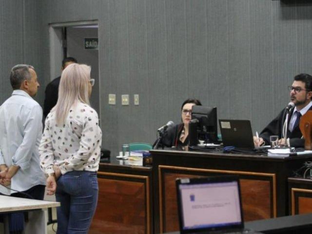 Salvador e Michelly durante julgamento. O pai foi absolvido e a filha dele condenada (Foto: Saul Schramm)