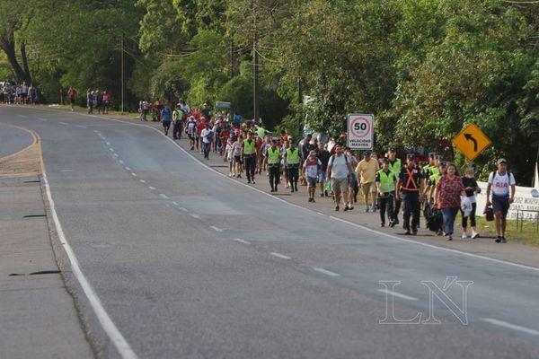 Incesante caminar de los feligreses a Caacupé. Foto: Nadia Monges