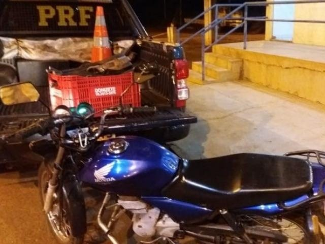 Motociclista abandonou motocicleta com os materiais e fugiu pela vegetação (Divulgação/ PRF-MS)
