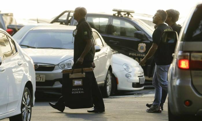 Equipe da Polícia Federal leva para sede documentos apreendidos na Eletronuclear - Gabriel de Paiva / O Globo